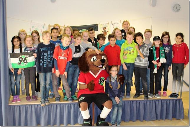 Hannover 96 Maskottchen Eddi prämiert die Grundschule Großburgwedel